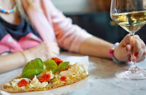 pizza alla pala con vino