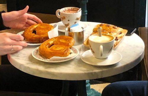 colazione cappuccino e cornetto